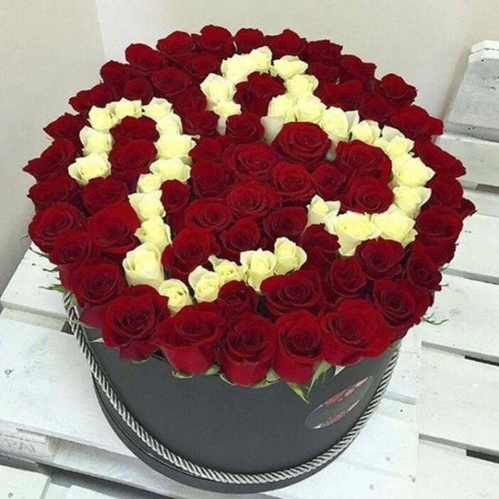 101 роза с цифрами в коробке R051