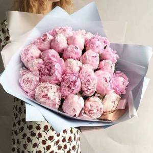 Букет 19 нежных розовых пионов в упаковке R631