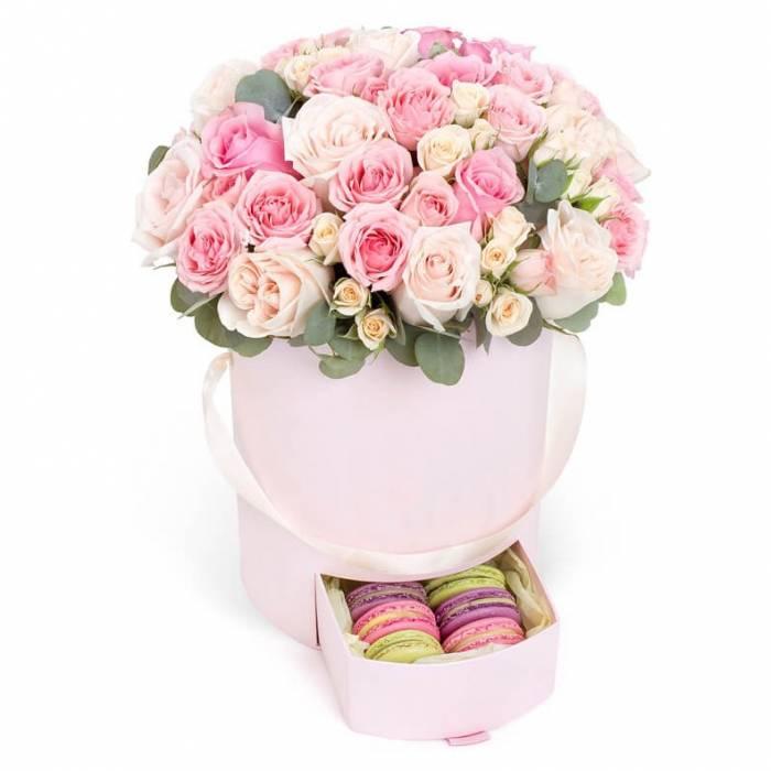 31 нежная роза в коробке с макаронсами R053