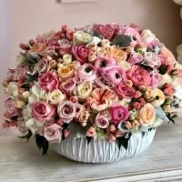 Сборная корзина с пионовидными розами и ранункулюсами R284