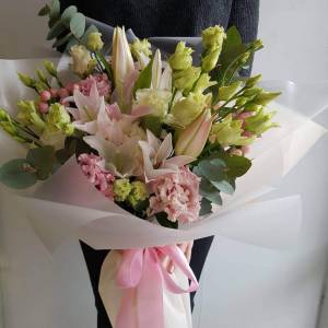 Сборный букет лилии с эустомой в оформлении R1511