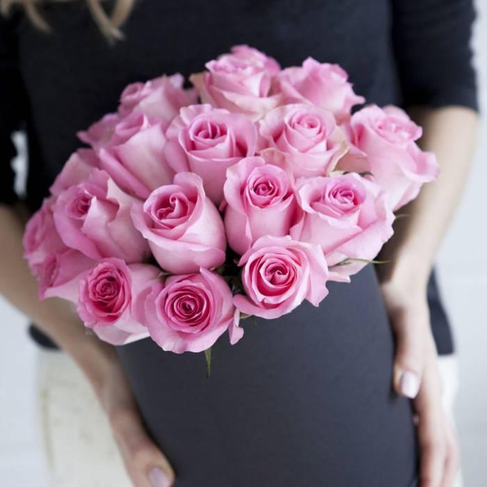 19 розовых роз в черной коробке R058