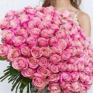 Букет 101 розовая роза в крафте R315