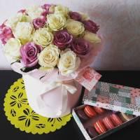 19 роз ассорти в коробке и коробка макаронс R030