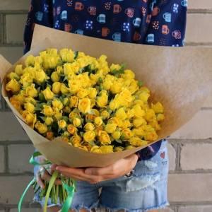 Букет 31 кустовая желтая роза в крафте R682